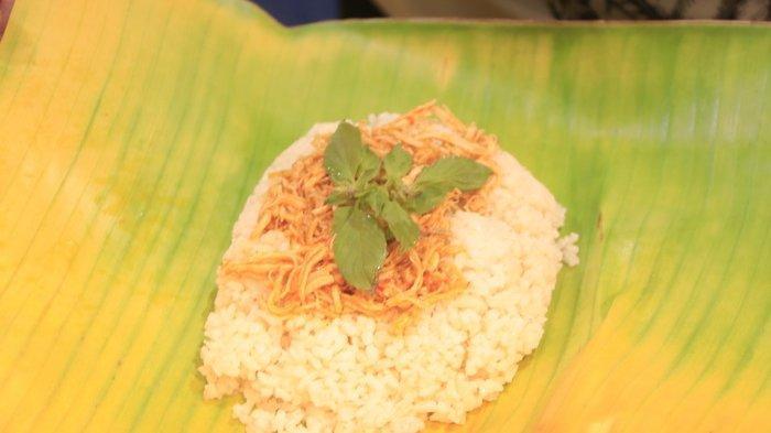 Menu Nasi Bakar Ayam Suwir di Kedai Dr Food, kawasan D'Rest Area Marimar, Mahakam Lampion Garden, Samarinda, Kalimantan Timur.