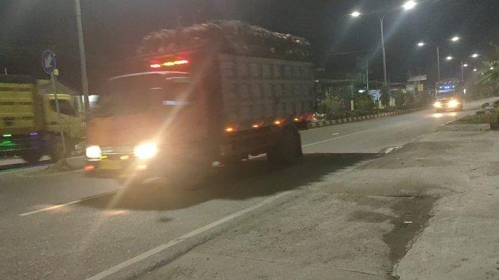 Operasional Truk Pengangkut Sawit Saat Melintasi Jalan Umum Langgar Perda Kabupaten Paser