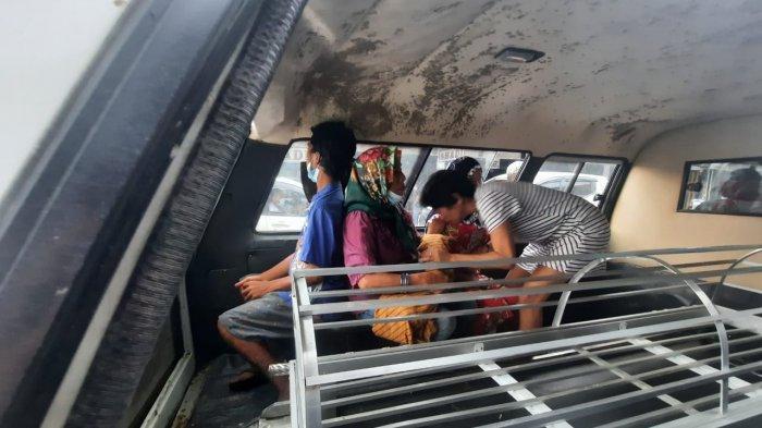 Keluarga bayi malang yang lahir prematur saat di ambulans PMI Samarinda menuju pemakaman sang anak, Senin (28/6/2021).