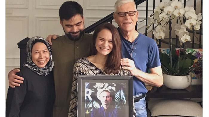 Keluarga Tersenyum Saat Foto Bersama Sosok Ashraf Sinclair Usai Ziarah, Sang Adik: Ini Hari Tersulit