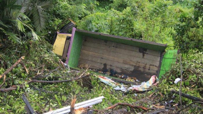 Truk Fuso Bermuatan Sembako dan Pipa Terguling Masuk Jurang di Jalan Poros Samarinda-Bontang