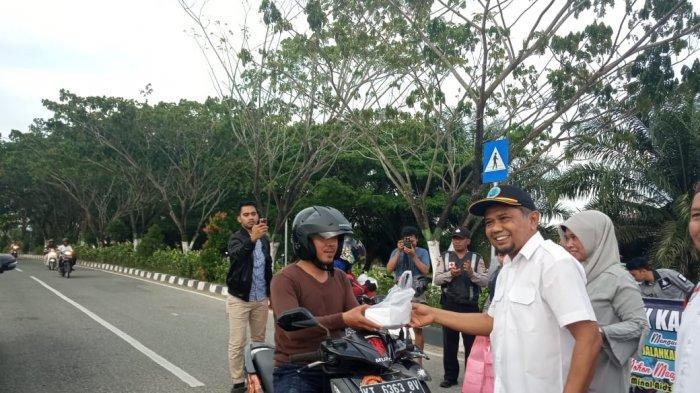 BNK PPU Bagi Takjil ke Pengguna Jalan, Hamdam: Kami Ingin Berbagi Kebaikan di Bulan Suci Ramadhan