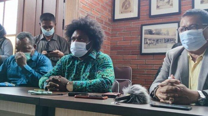 Dituding Jadi Donatur KKB Profil Ketua DPRD Tolikara, Sonny Wanimbo Bantah Terlibat & Siap Diperiksa