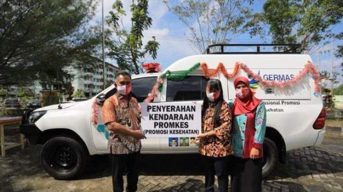 PENGHARGAAN - Walikota Tarakan Khairul secara simbolis menyerahkan mobil operasional pada Hari kesehatan Nasional ke-56 di Kantor Dinas Kesehatan Kota Tarakan, Kamis (12/11/2020).