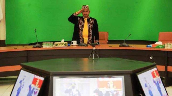 Walikota Khairul Kenakan Pakaian Adat Tidung Saat Penurunan Bendera
