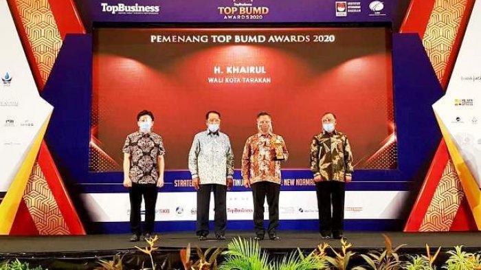 Walikota Khairul dan Direktur PDAM Kota Tarakan Raih Penghargaan Top BUMD Award