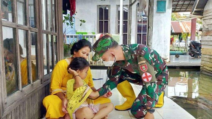 Tim Kesehatan TNI AD turun ke Desa Lok Baintan, Kecamatan Sungai Tabuk, Kabupaten Banjar Martapura, Kalimantan Selatan memberikan pelayanan kesehatan kepada warga.