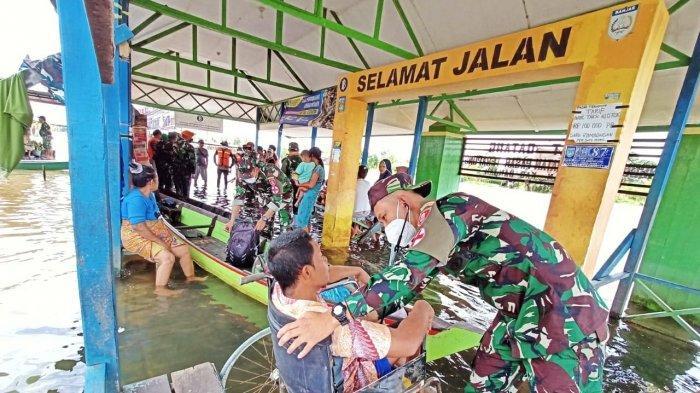 Turun Langsung ke Lokasi Banjir Kalimantan Selatan, Tim Kesehatan TNI AD Beri Pelayanan Kesehatan