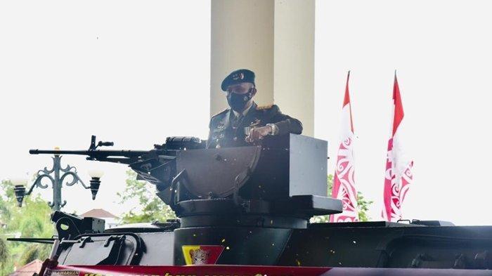 Pangdam VI Mulawarman Mayjen TNI Heri Wiranto saat menyampaikan ucapan dirgahayu ke-75 Bhayangkara dari atas panser anoa milik Kompi Kavaleri.