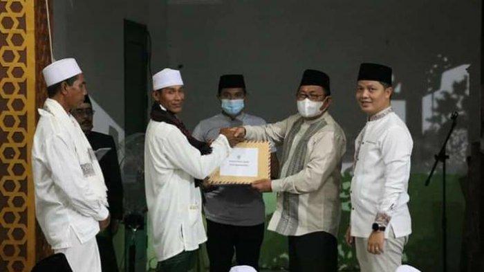 Bupati Tana Tidung Ibrahim Ali menyerahkan bantuan kepada pengurus masjid di Desa Bandan Bikis, Kecamatan Sesayap Hilir. HO/Diskominfo KTT