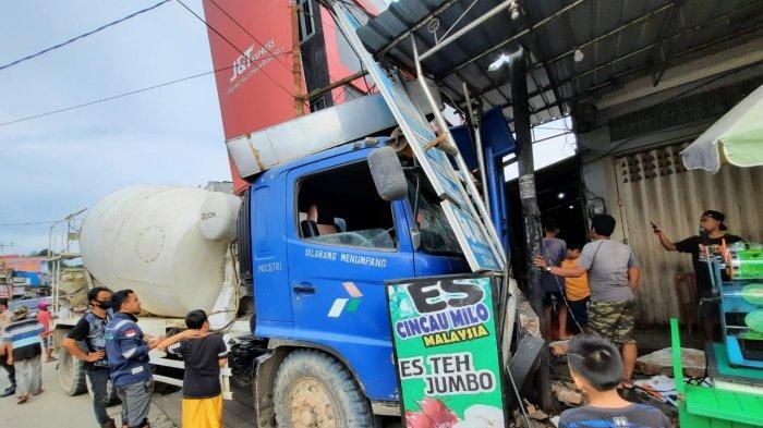 Diduga Rem Blong, Truk Mixer Meluncur dari Turunan Gunung Manggah, Sopir Arahkan ke Kantor Ekspedisi
