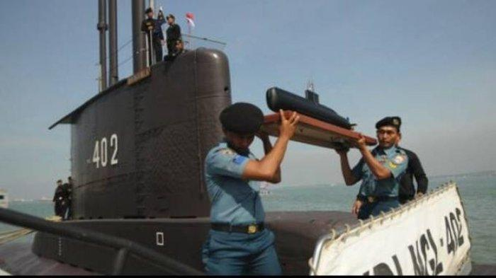 nggota TNI AL membawa prototipe sesaat Kapal Selam KRI Nanggala-402 saat merapat di Dermaga Madura Komando Armada RI Kawasan Timur di Surabaya, Senin (6/2/2012). Kedatangan KRI Nanggala setelah menjalani perbaikan di Korea Selatan disambut langsung oleh Kepala Staf Angkatan Laut Laksamana TNI Soeparno dan anggota Komisi I DPR. Kadispen AL mengungkapkan akan berisiko fatal jika kapal selam KRI Nanggala-402 berada di kedalaman lebih dari 500 meter.