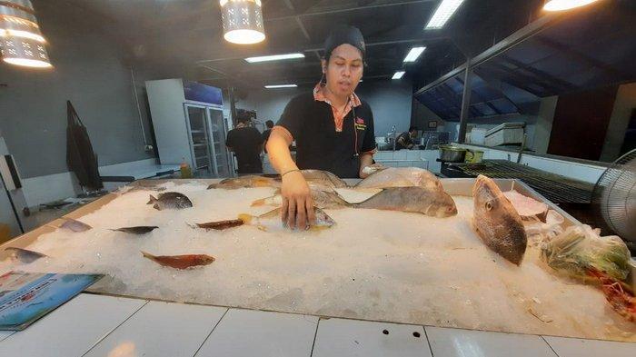 Ikan segar sebagai bahan baku berbagai menu kuliner ikan di Restoran New Kepala Ikan, Samarinda, Kalimantan Timur.