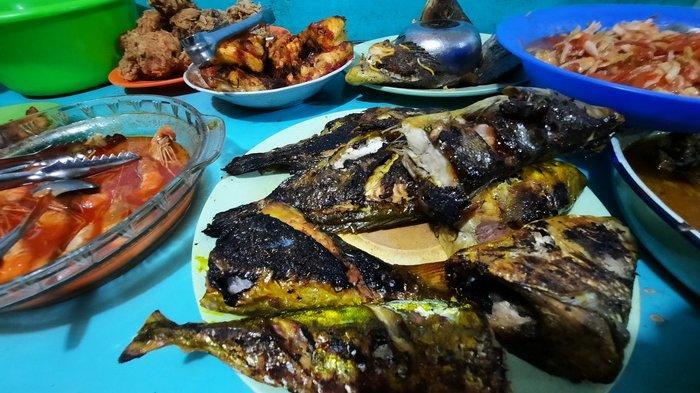 Kuliner khas Sulawesi menu ikan bakar di Warung Mallomo, Samarinda, Kalimantan Timur.
