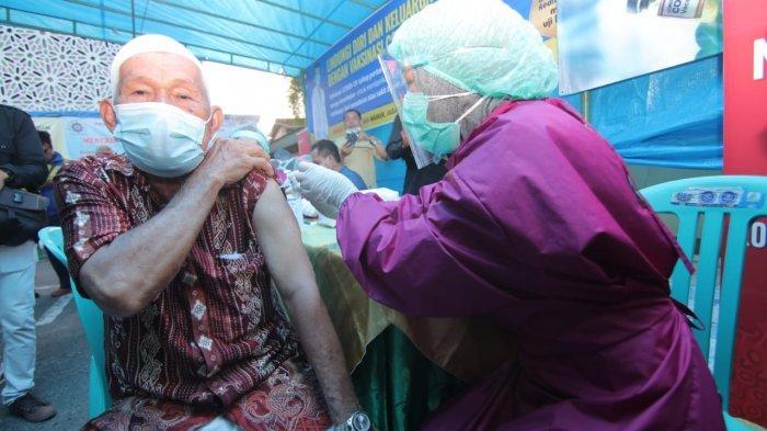 Pelaksanaan vaksinasi Covid-19 secara massal bagi masyarakat Kota Balikpapan, Kalimantan Timur.