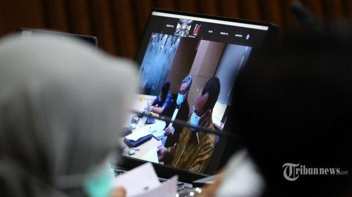 NURHADI PUKUL PETUGAS - Layar menampilkan terdakwa kasus suap terhadap mantan Sekretaris Mahkamah Agung (MA), Nurhadi dan menantunya, Rezky Herbiyono pada sidang lanjutan di Pengadilan Tipikor, Jakarta Pusat, Rabu (18/11/2020). Sidang tersebut beragendakan pemeriksaan saksi dari pihak Jaksa Penuntut Umum (JPU).