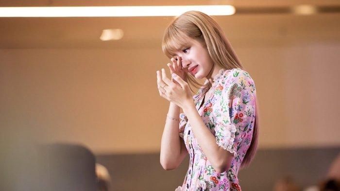 Lisa BLACKPINK menangis terharu lihat penggemar disabilitas rela nonton konser mereka di Amerika.