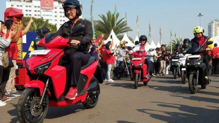 Luhut Panjaitan Sebut Motor Listrik Buatan Anak Bangsa Cukup Enak, Harus Didorong Bukan Dicerca