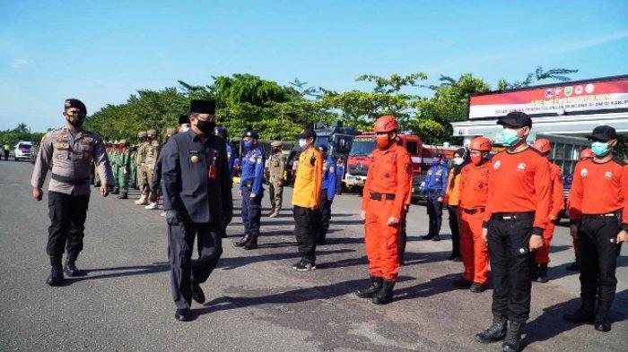 GELAR PASUKAN - Pjs Bupati Berau memeriksa pasukan di apel gelar pasukan penanggulangan bencana alam kemarin