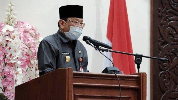 SAMPAIKAN RAPERDA - Pjs Bupati Berau M Ramadhan menyampaikan Raperda APBD tahun anggaran 2021 kepada Ketua DPRD Berau, Madri Pani.