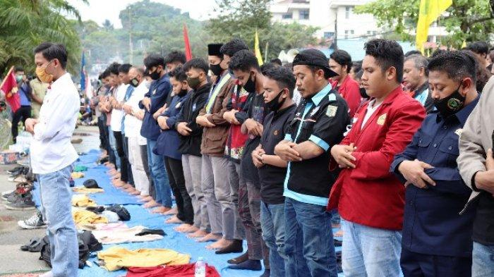 Tolak Omnibus Law UU Cipta Kerja, Ratusan Massa Aksi Gelar Demo di Depan Kantor DPRD Kaltim