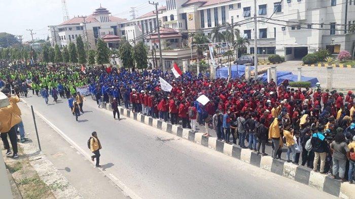 BREAKING NEWS - Mahasiswa Gabungan Gelar Aksi Penyampaian Pendapat di Kantor DPRD Kaltim