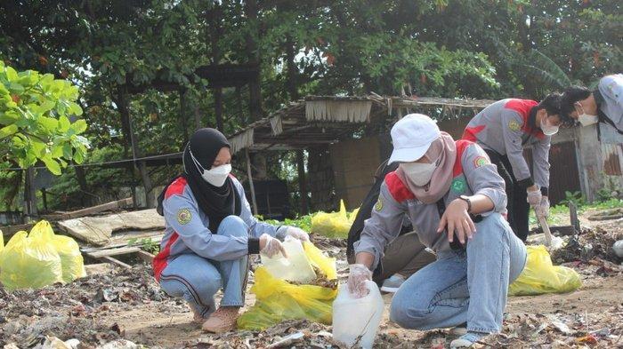 Mahasiwa yang tergabung dalam GEMPA alias Gerakan Membersihkan Pantai pada suatu kegiatan yang bertujuan melestarikan lingkungan.