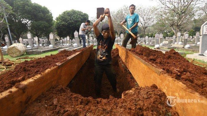 TERPOPULER - Ada Wanita Misterius di Makam Ani Yudhoyono, Menempel Liang Kubur, Siapakah Orang Ini