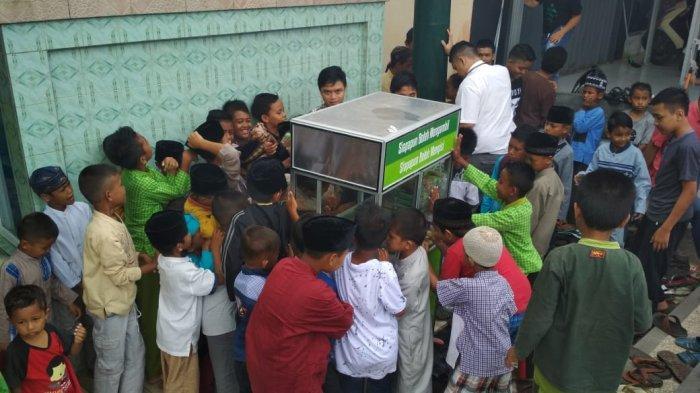 Usai Shalat Jumat, Masjid Nurul Hidayah Balikpapan Gelar Makanan Gratis, Semenit Diserbu Anak-anak