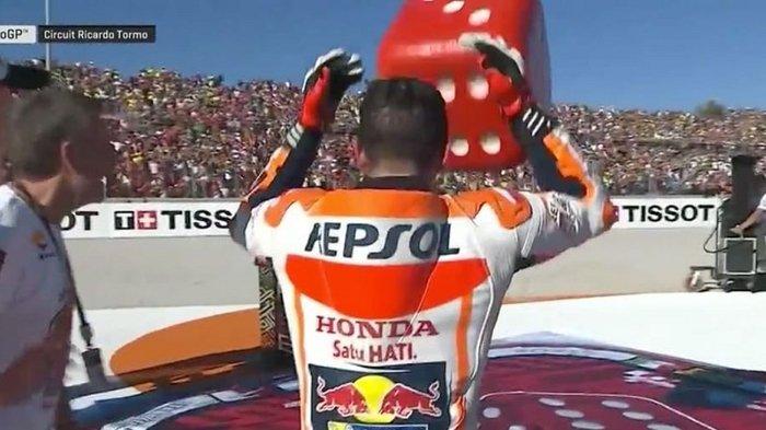 Inilah Maksud Dadu yang Diangkat Marc Marquez saat Selebrasi Juara Dunia