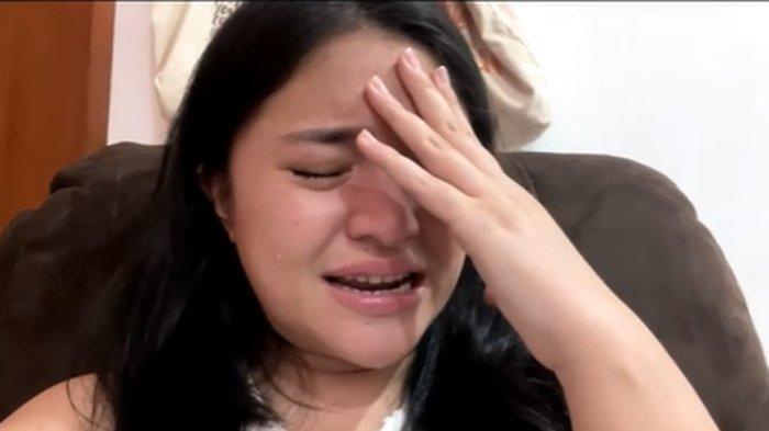 Marshanda menangis menceritakan kondisinya.