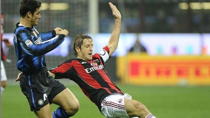 Massimo Ambrosini saat membela AC Milan.