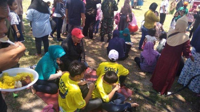 Warga Senang Bisa Ikut Menikmati Tumpeng Perayaan HUT Ke-74 TNI, Sekalian Nonton Zaskia Gotik