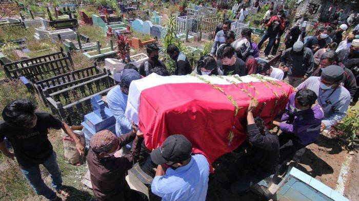Suasana prosesi pemakaman Jenazah almarhum Iswahyudi, Mekanik Rimbun Air yang menjadi salah satu korban kecelakaan pesawat di Papua, kini dimakamkan di Kota Balikpapan, Provinsi Kalimantan Timur, Sabtu (18/9/2021).