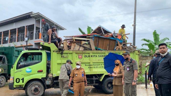 Satpol PP Tertibkan PKL Samarinda di Kawasan Polder Air Hitam meski Turun Hujan