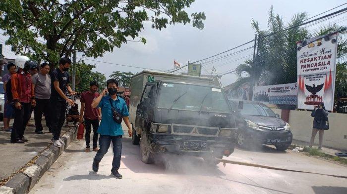 Kecelakaan Beruntun di Samarinda, Mobil L300 Muatan Obat Mendadak Keluarkan Asap