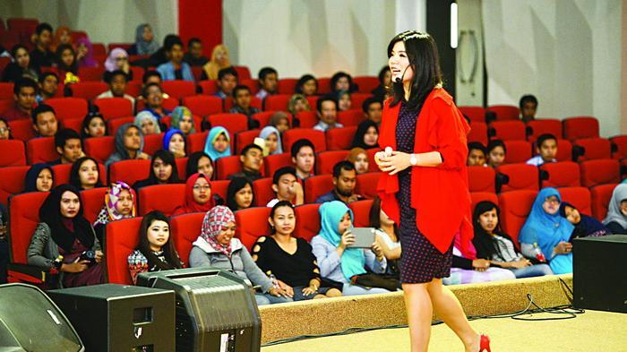 Merry Riana berbicara di hadapan peserta seminar motivasi bertajuk