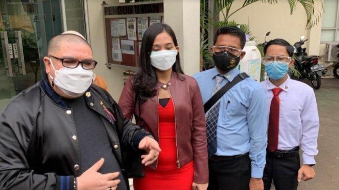 Miss Landscape Indonesia 2019, Era Setyowati atau yang akrab disapa Sierra bersama tim kuasa hukumnya saat menyambangi kantor KPAI Menteng, Jakarta Pusat, Senin (5/4/2021).