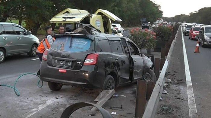 Mobil Berpenumpang Lima Orang Terbang dan Terguling-guling di Tol Sidoarjo