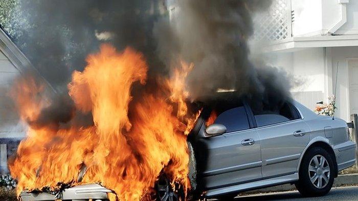 Waspadai Kebakaran Mobil saat Dikendarai, Yuk Kenali Faktor-faktor Penyebabnya