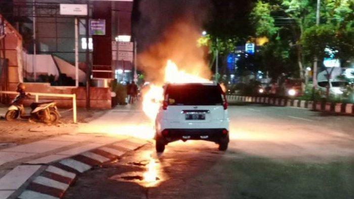 Mobil di Depan Buccheri Balikpapan Terbakar, Saksi Sebut Sudah Berasap Sebelum Berhenti