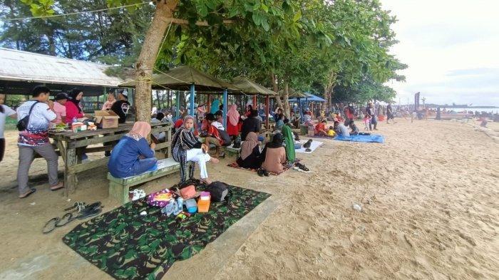 Mudik Dilarang, Warga Pilih Liburan ke Pantai Amal, Binalatung Beach di Hari Terakhir Libur Lebaran