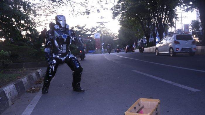 Iron Man Asal Ujung Kulon Banten Ngamen di Samarinda demi Biaya Pengobatan Istri