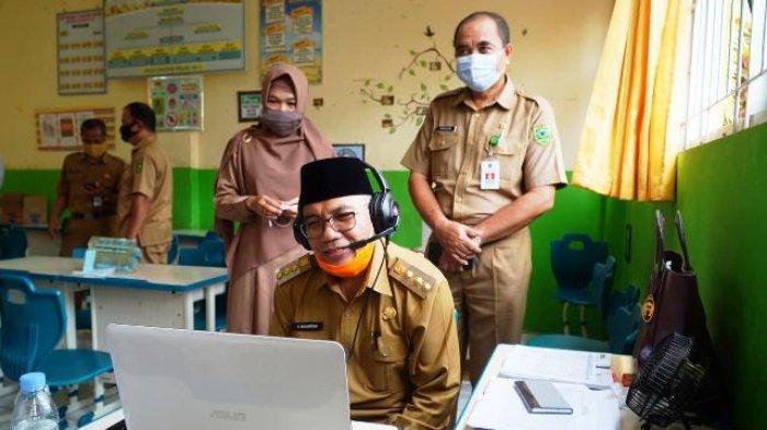 Tinjau KBM, Bupati Muharram Semangati Guru Tetap Turun Sekolah Mengajar Secara Daring
