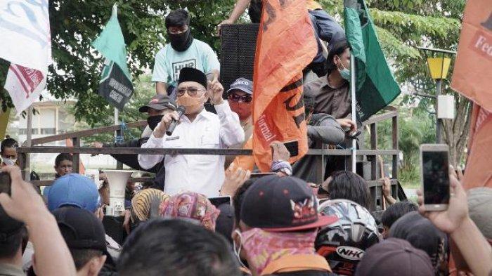 Unjuk Rasa Buruh Tuntut Pembayaran Gaji, Bupati Muharram Temui Para Pendemo