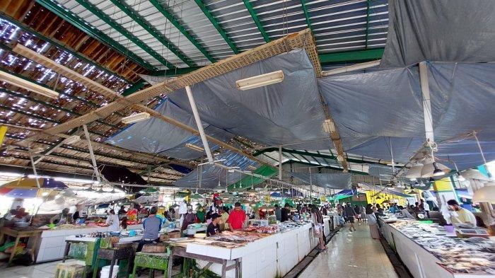 Atap Lapak Ikan di Pasar Induk Sangatta Utara Kutim Mulai Diperbaiki