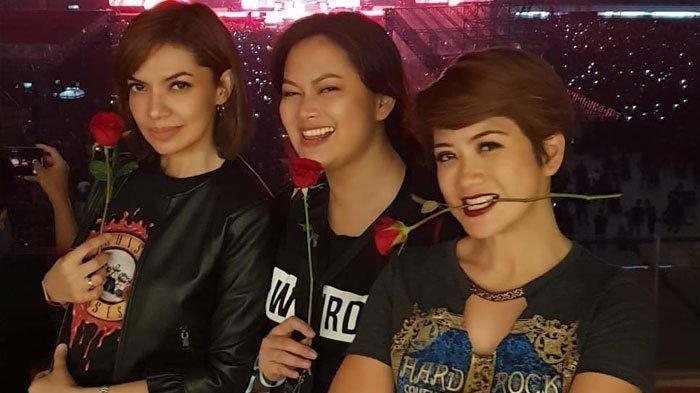 Penampilan Najwa Shihab saat Nonton Konser Guns N' Roses, ala Lady Rocker!