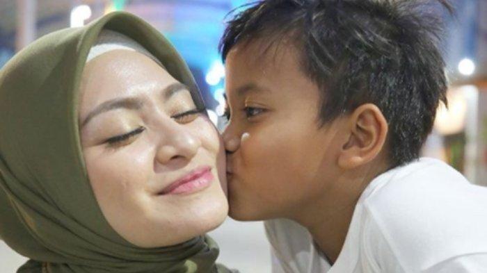 Keakraban Nathalie Holscher dan anak bungsu Sule, Ferdi yang kerap dibagikan di media sosial.