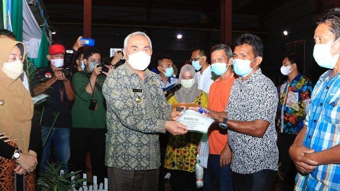 Gubernur Serahkan Bantuan untuk Nelayan dan Resmikan PLTS Sandaran di Kutai Timur
