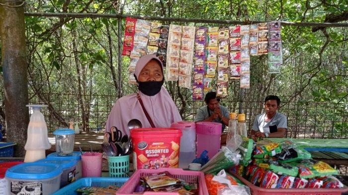 Nenek Mia (67) ditemui di sela aktivitasnya membuat kopi untuk para buruh bongkar muat barang di Pelabuhan Tunon Taka Nunukan, Senin (10/5/2021) sore. Selama pemberlakuan larangan mudik, pendapatan Nenek Mia menurun drastis. TRIBUNKALTARA.COM/FEBRIANUS FELIS
